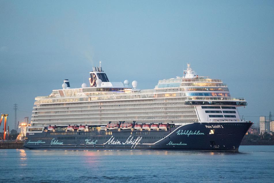Ein Tui-Kreuzfahrtschiff läuft in den Hamburger Hafen ein.
