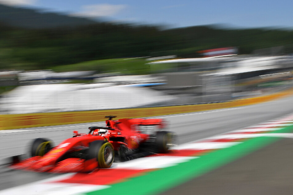 Formel-1-Weltmeisterschaft, Grand Prix der Steiermark, 2. Freies Training: Sebastian Vettel aus Deutschland vom Team Ferrari steuert sein Auto auf der Rennstrecke im österreichischen Spielberg.