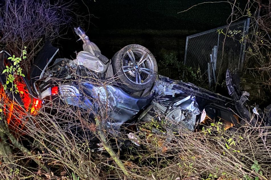Der BMW des verstorbenen jungen Mannes liegt im Straßengraben.