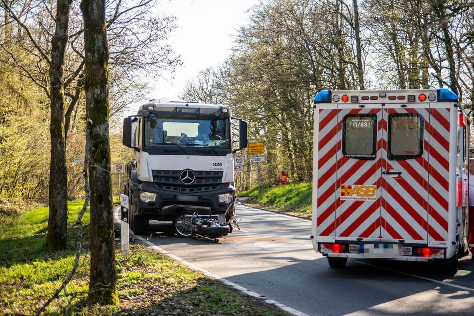 Der Motorrad-Fahrer starb trotz Wiederbelebungsversuchen noch an der Unfallstelle.