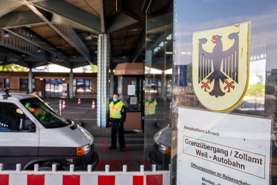 Ein Beamter der Bundespolizei kontrolliert am Grenzübergang Weil am Rhein an der A5 einen aus der Schweiz einreisenden Autofahrer.