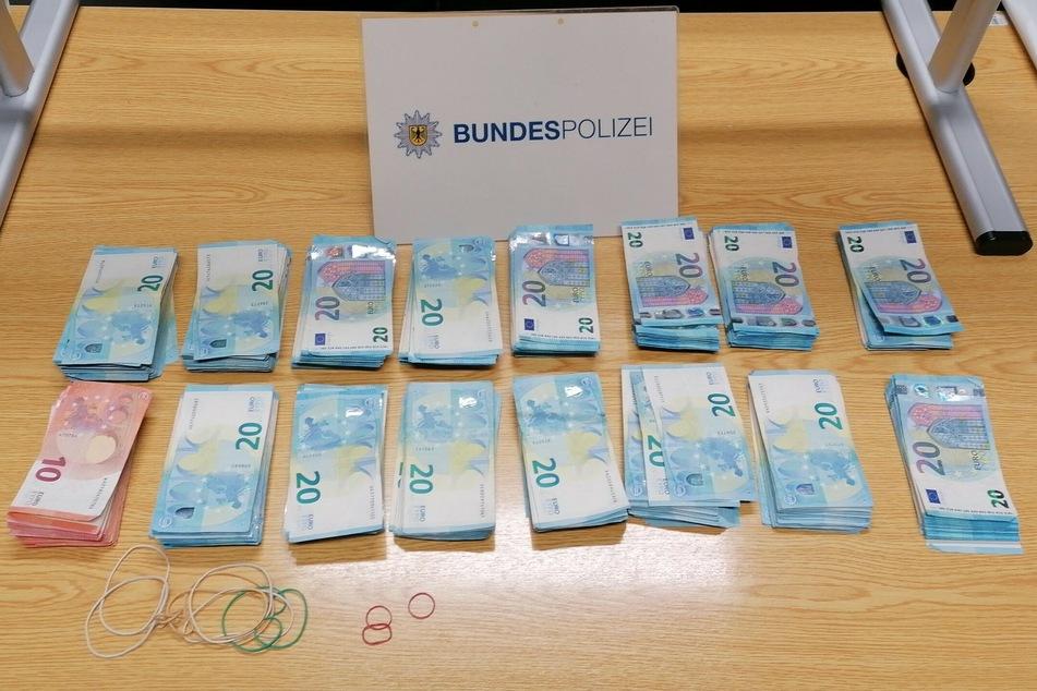 22.680 Euro fanden die Beamten in dem Rucksack des Mannes.