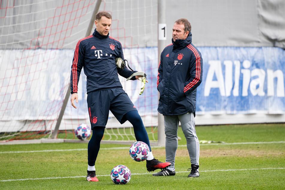 Die Zusammenarbeit zwischen Manuel Neuer (l., 35) und Hansi Flick (56) könnte auch nach einem Trainerwechsel bei den Bayern weitergehen. (Archiv)