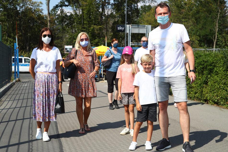 Familienausflug nach Leipzig: Aneta Berlinski (l.), Gattin von CFC-Trainer Daniel B., mit ihren Kindern Alicia und Lian sowie Freunden.