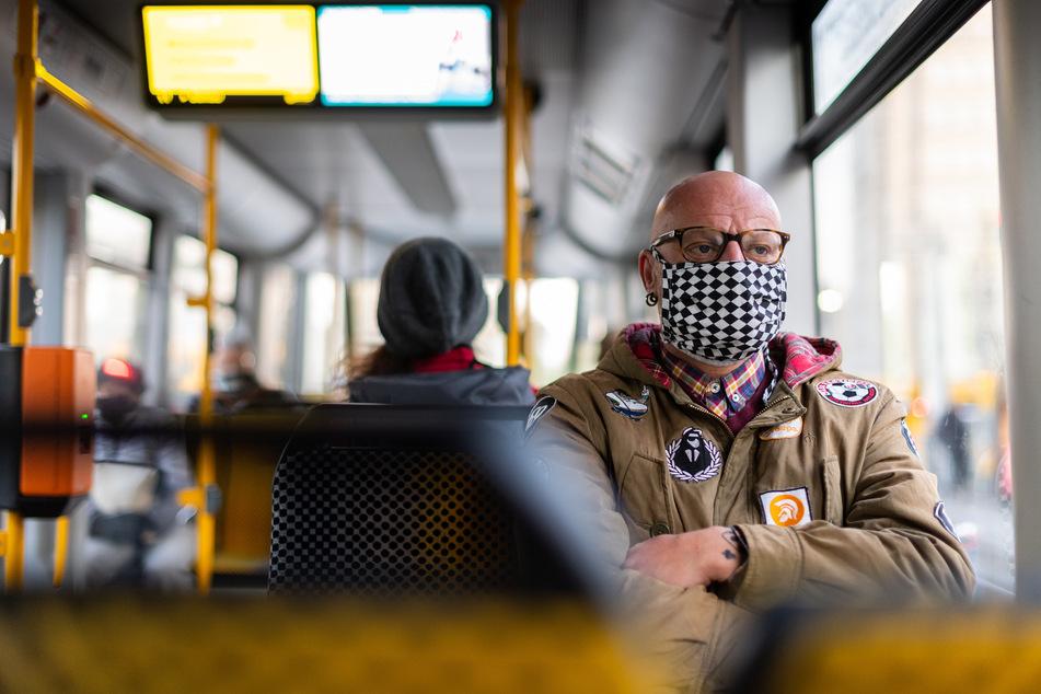 Ab Dienstag gilt: Wer keine Maske in Bussen oder Bahnen trägt, muss 60 Euro zahlen.