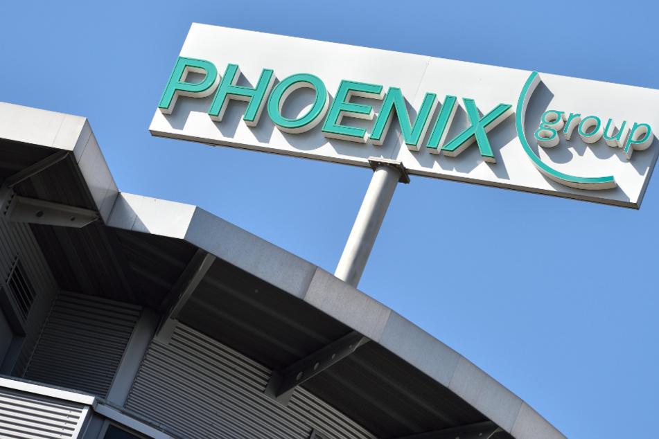 Ein Logo des Pharmahändlers Phoenix ist in Mannheim auf dem Dach des Firmensitzes zu sehen.