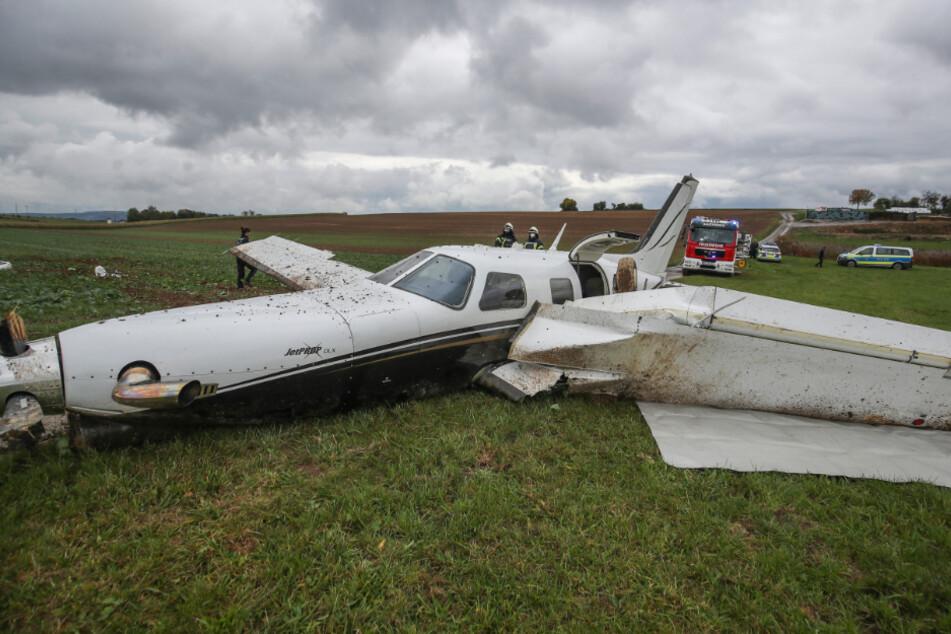 Das Flugzeug landete auf einer Wiese. Die Insassen kamen glimpflich davon.