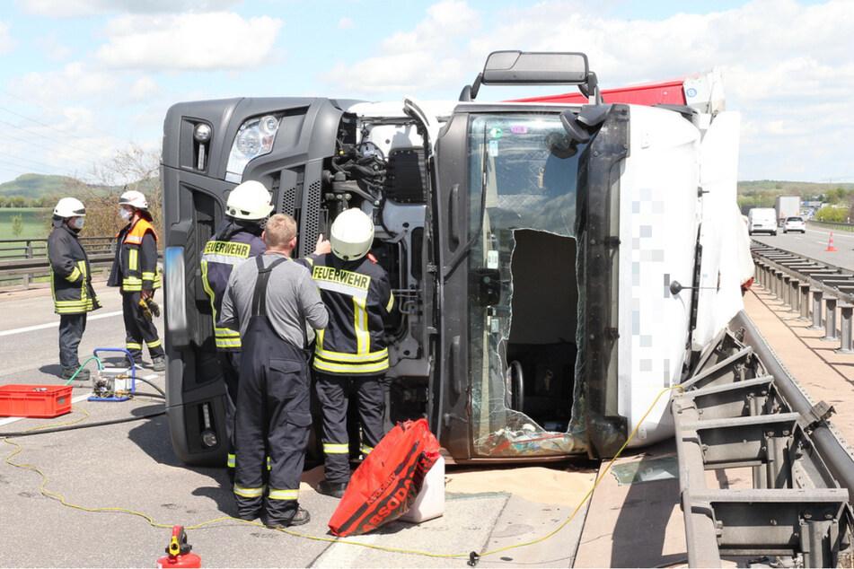 Unfall A38: A38 nach Lkw-Unfall voll gesperrt: Diesel läuft in Fluss