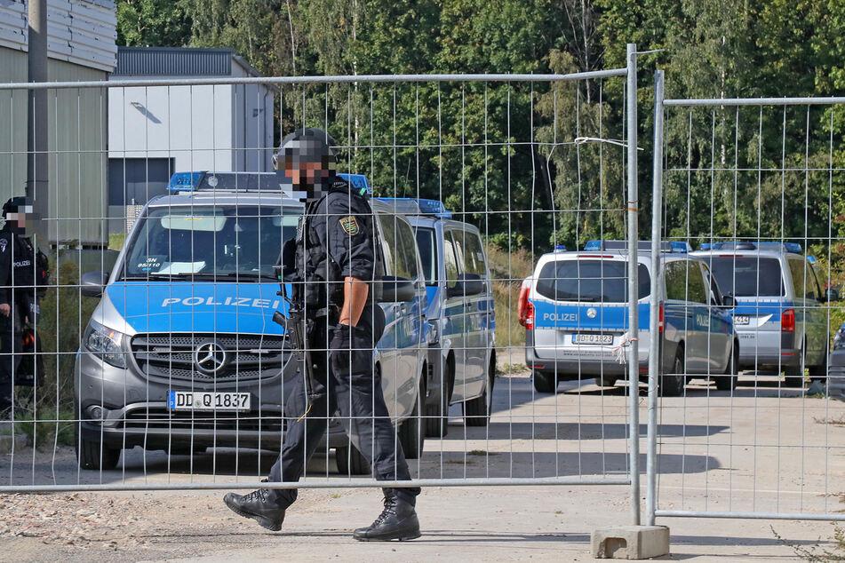 Schwer bewaffnet trafen Spezialkräfte der Polizei am Dienstag an einer Industriebrache in Meerane ein.