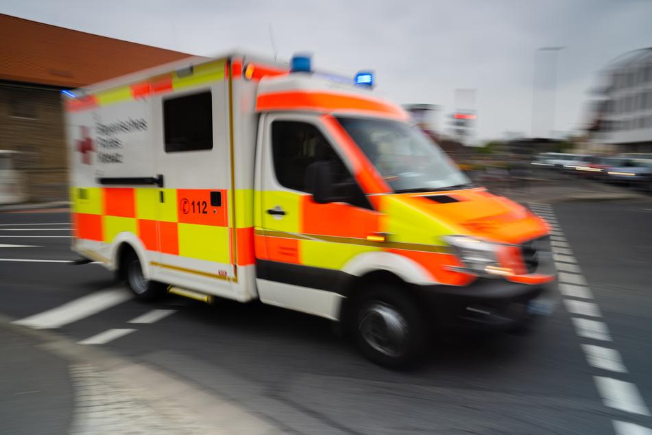 Nach einem Unfall zwischen einem Bus und einem Transporter musste eine Schwerverletzte ins Krankenhaus gebracht werden. (Symbolbild)