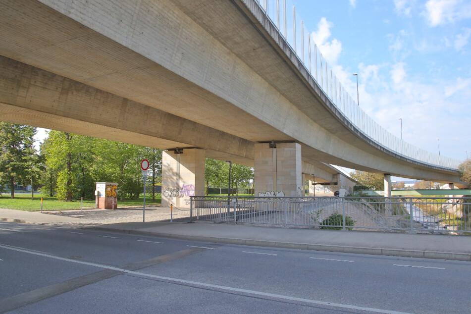 Die Stadt prüft nun doch, ob hier unter der Löbtauer Brücke Autos parken dürfen.