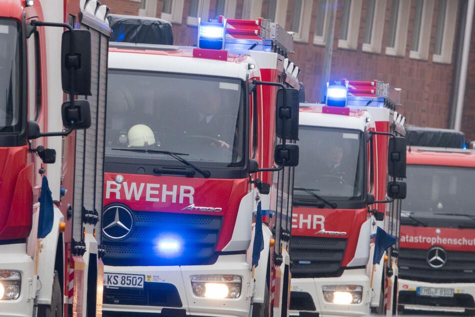 Der Lehrer konnte den Brand fast vollständig selbst löschen, trotzdem kamen die Feuerwehrleute auch noch zum Einsatz. (Symbolbild)