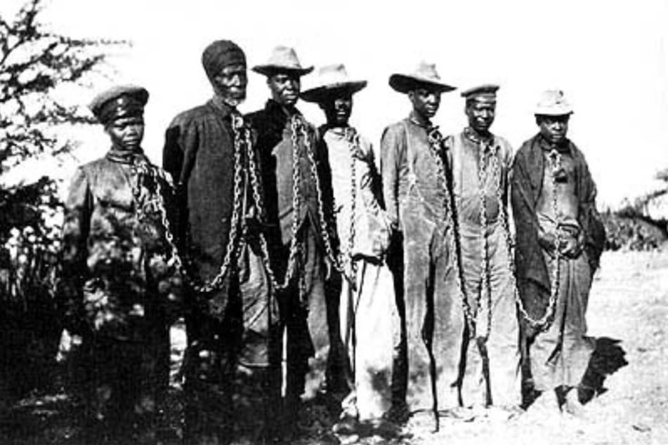 Gefangene Herero in Ketten (um 1904).