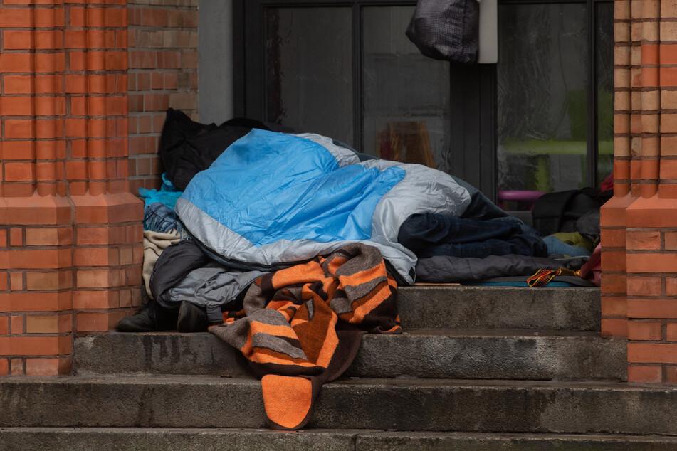 Die Kleidung eines Obdachlosen wurde Anfang Oktober am Richard-Wagner-Platz angezündet (Symbolbild).