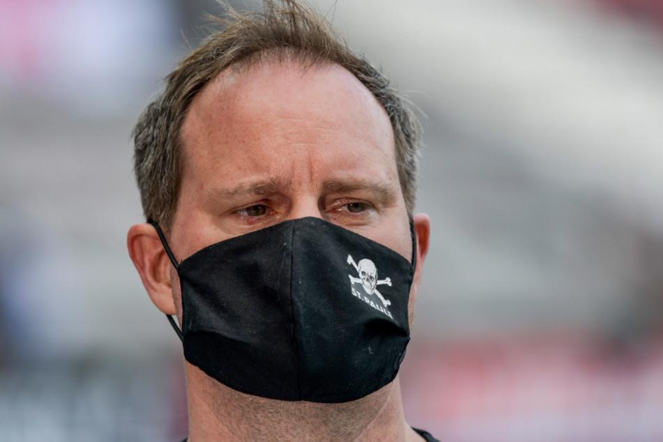 Gesichtsmasken gehören inzwischen zum Standardoutfit - auch bei FC St. Pauli-Präsident Oke Göttlich.