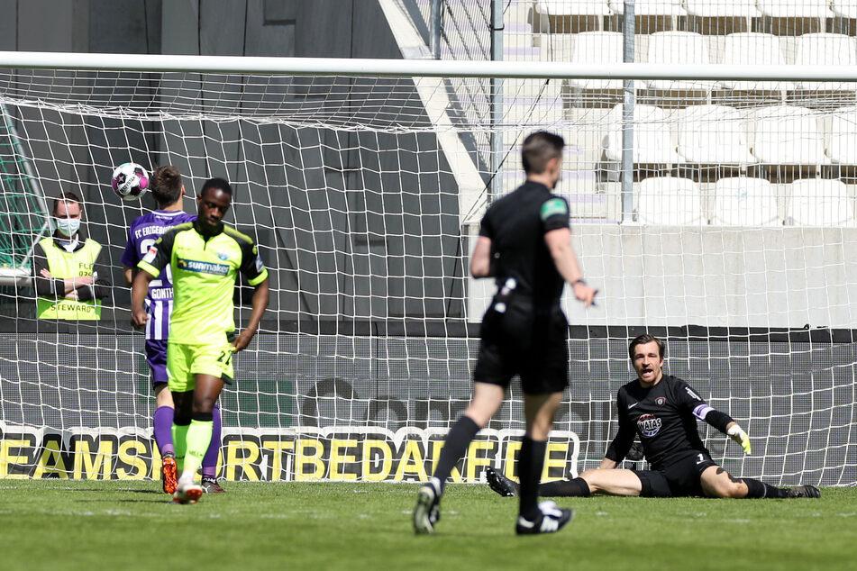 Bitter! Paderborn-Kicker Christopher Antwi-Adjei (2.v.l.) trifft zum 7:3 für sein Team. Aue-Keeper Martin Männel (r.) ist dementsprechend frustriert.