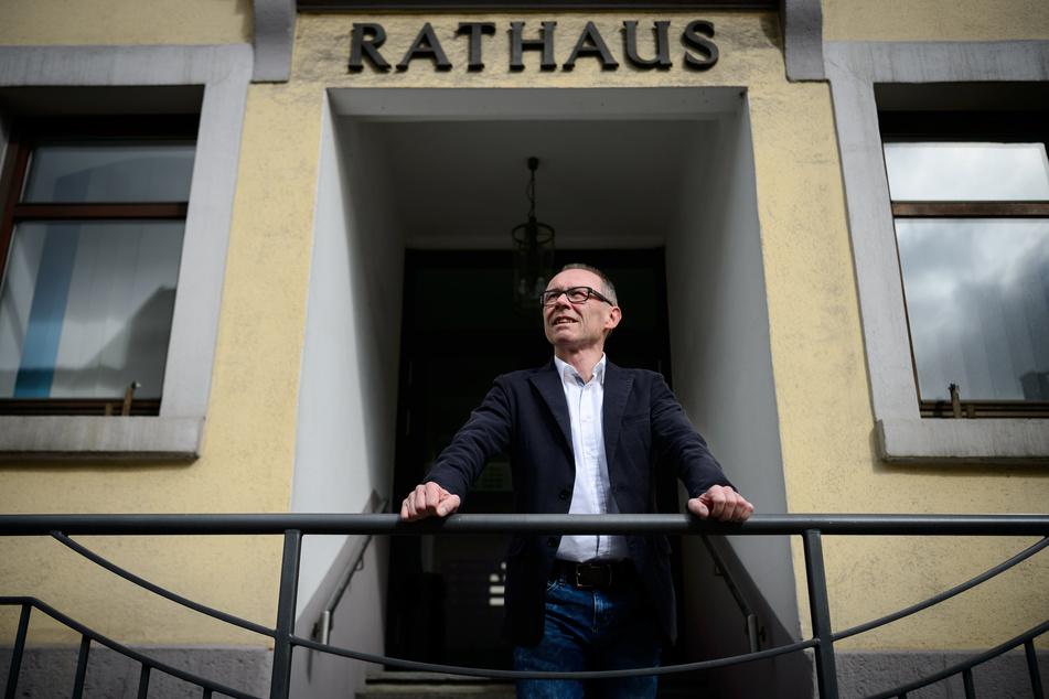 Harry Ebert, Bürgermeister der Stadt Burladingen und AfD-Mitglied, steht vor dem Rathaus. Baden-Württembergs einziger Bürgermeister mit AfD-Mitgliedschaft scheidet zum 01.06.2020 aus dem Amt.