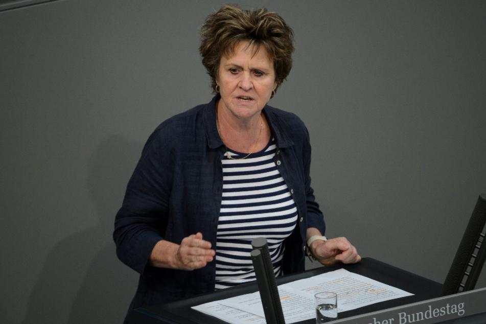 Berlin: Sabine Zimmermann (Die Linke) spricht bei der 38. Sitzung des Bundestages im Reichstagsgebäude.