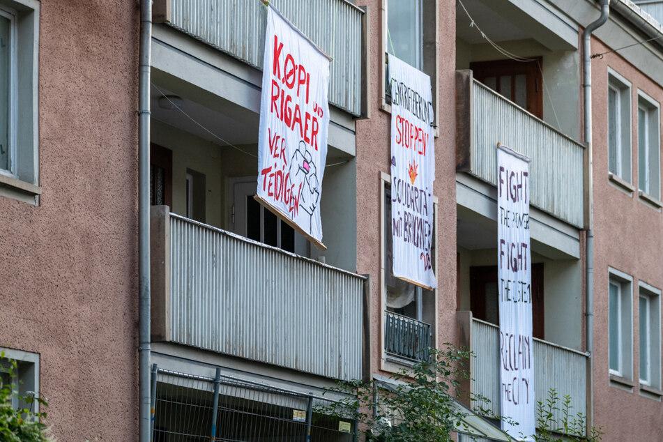An dem Haus waren mehrere Banner und Transparente befestigt. Im Gebäude befand sich aber niemand.