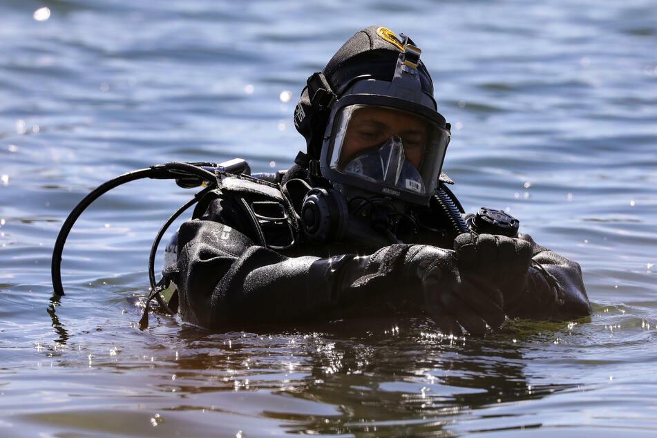 Nach etwa zwei Stunden fanden Taucher den Verunglückten im Baggersee. (Symbolbild)