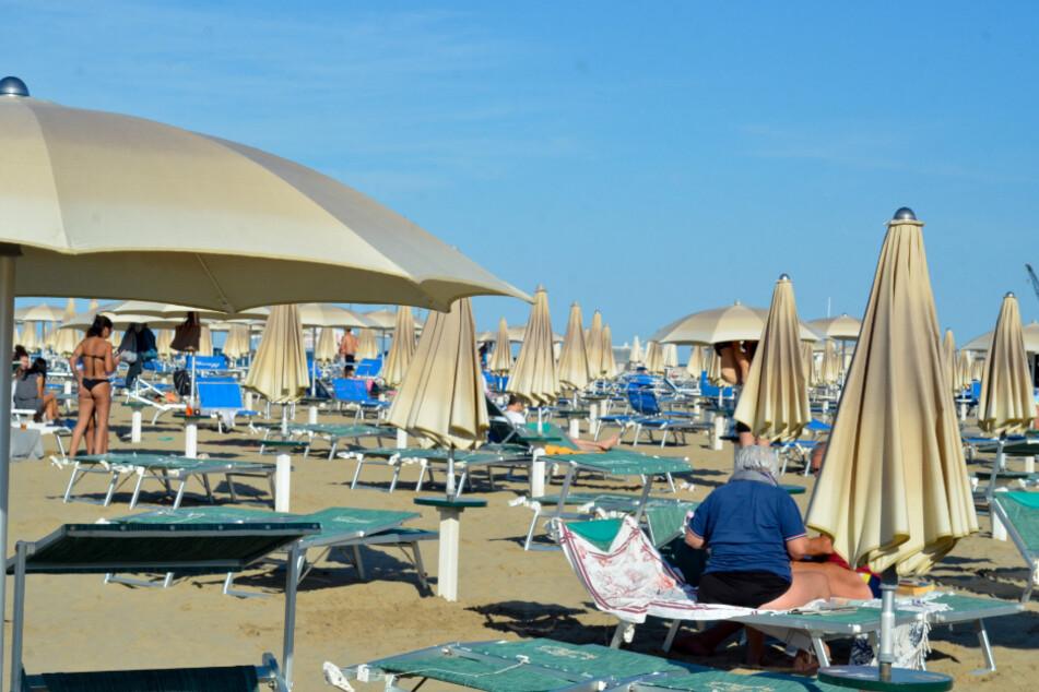 Strandbesucher sonnen sich auf den Liegen.