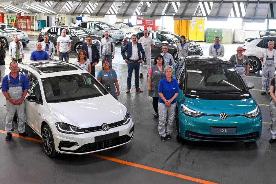 Mitarbeiter des Werkes von Volkswagen Sachsen stehen im Finish der Linie um einen VW Golf Variant und neben dem neuen ID.3. Als Nächstes wird nun auch der ID.4 in Zwickau gebaut.