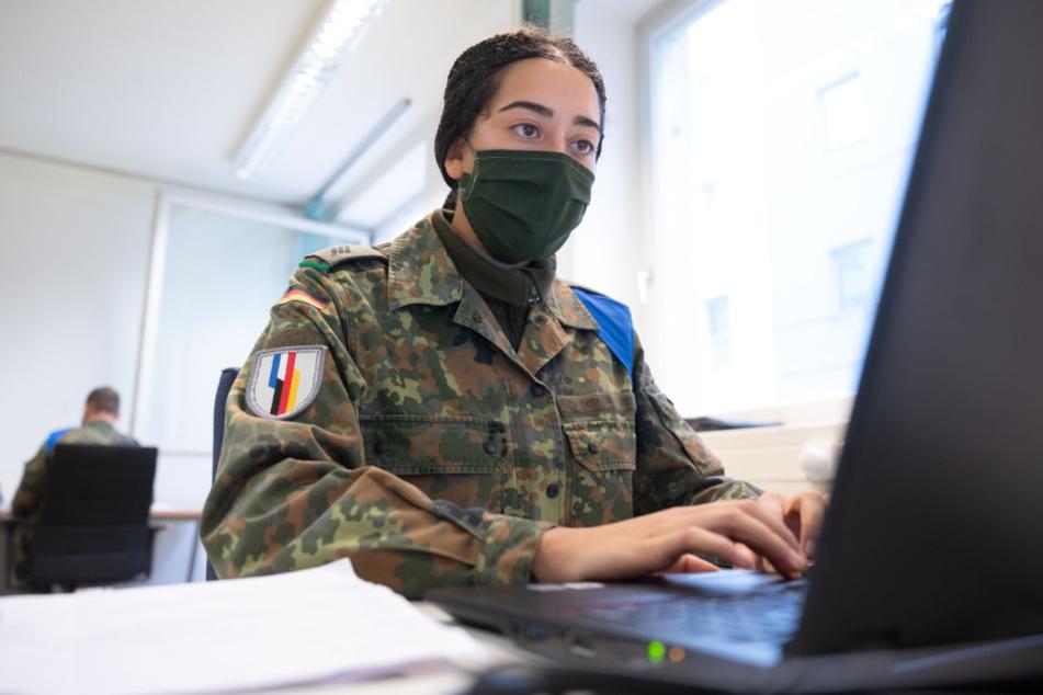 Eine Soldatin unterstützt das Gesundheitsamt bei der Nachverfolgung von Kontakten.