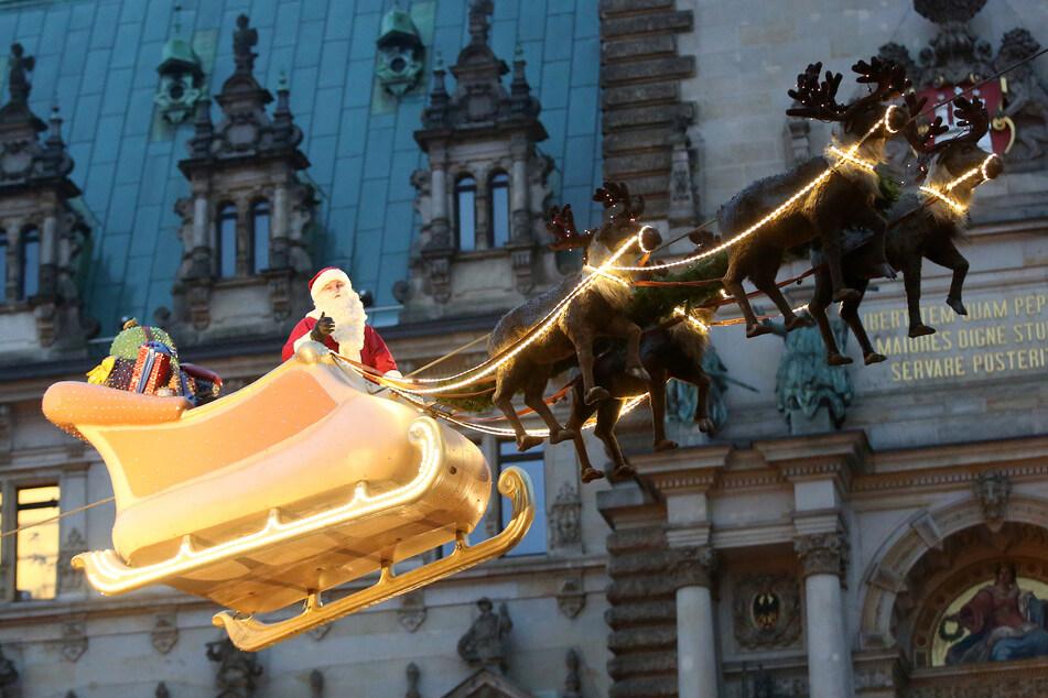 Auf dem Hamburger Weihnachtsmarkt ward er schon gesehen, der Weihnachtsmann und seine Rentiere. (Archivbild)