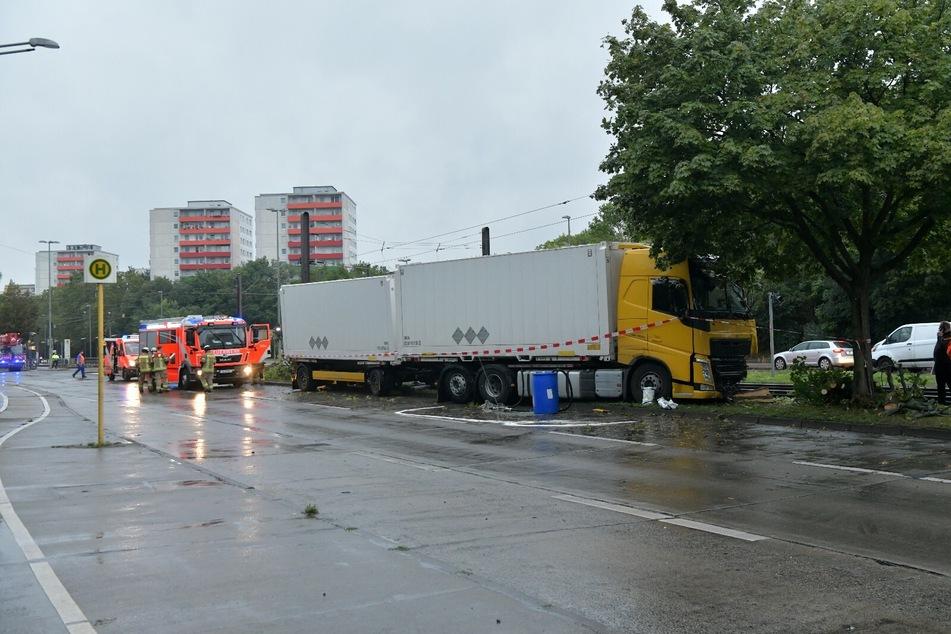 Ein Lkw ist in Marzahn von der Straße abgekommen.
