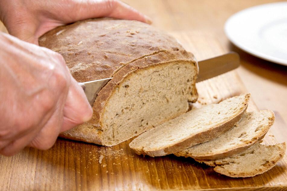 Bei feuchtheißem Wetter sollte Brot in den Kühlschrank. (Symbolbild)