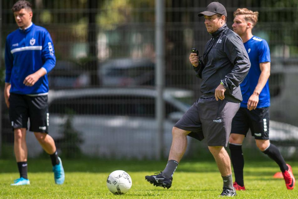 Viktoria-Coach Benedetto Muzzicato (42) beim Training. Nach dem 2:1-Auftaktsieg gegen Viktoria Köln ist der 42-Jährige stolz auf seine Mannschaft.