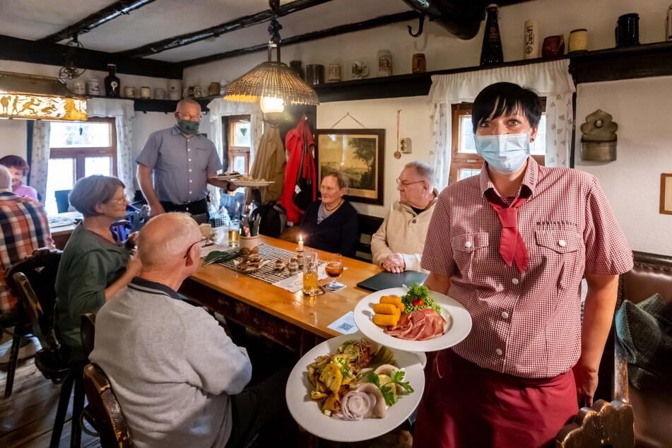 """Herzhaftes Essen, gemütliches Beisammensein: Das soll es im Restaurant """"Köhlerhütte"""" im Erzgebirge weiterhin für alle geben."""