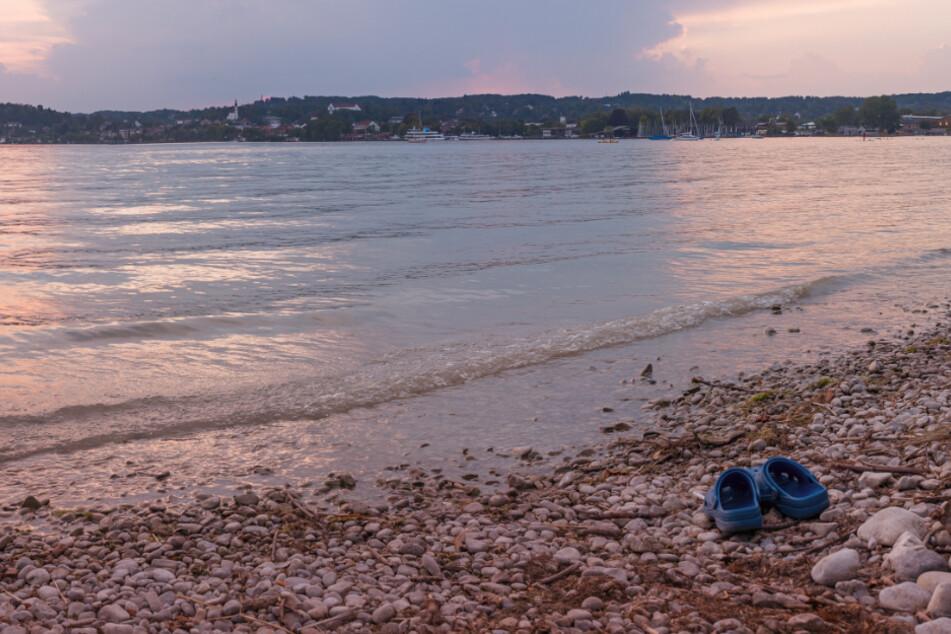 Einsame Badeschuhe am Ufer riefen die Polizei auf den Plan. (Symbolbild)