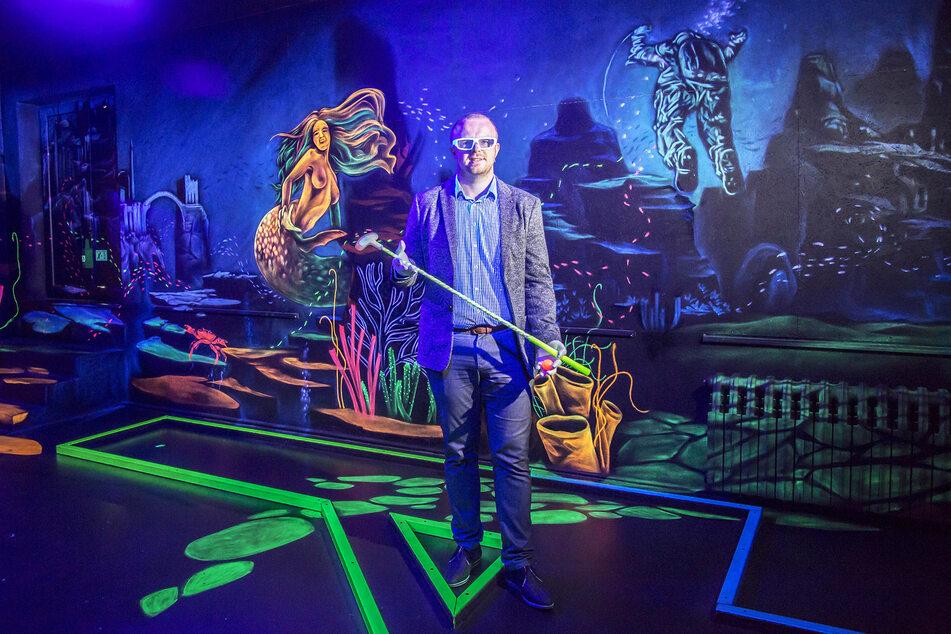 In der Minigolf-Anlage spielen sich die Golfer bei Schwarzlicht mit 3D-Brille durch aufwendig gestaltete Fantasie-Welten.