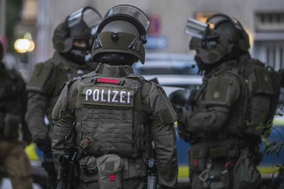 SEK-Polizisten bereiten sich auf die Stürmung der Wohnung vor.