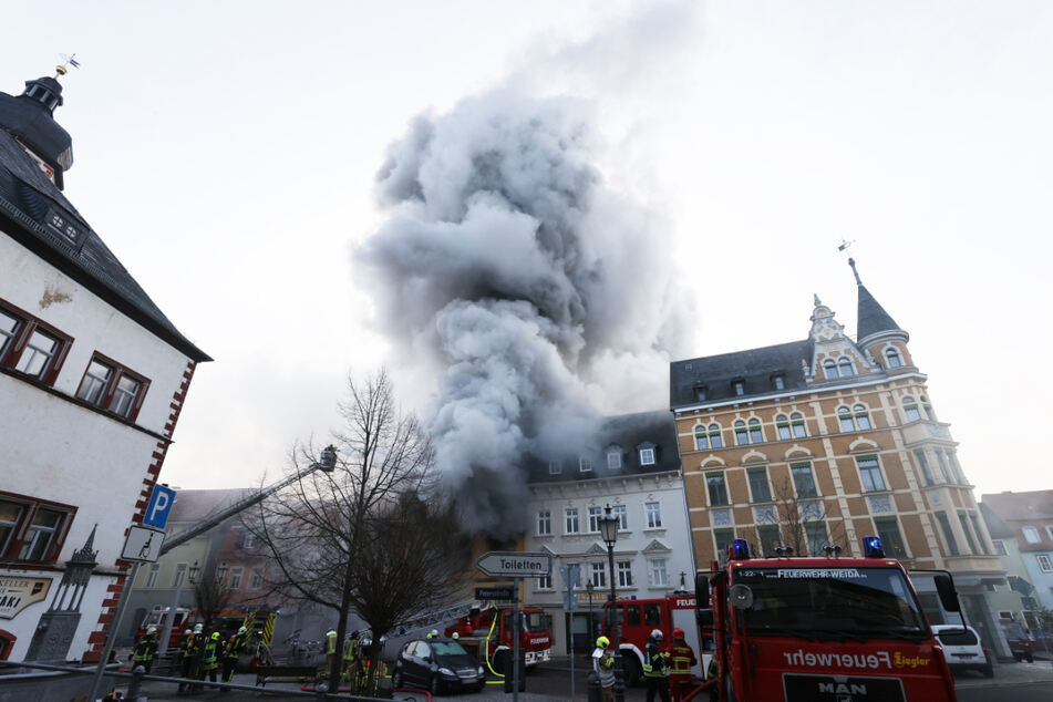 Großeinsatz in Weida: Feuer springt auf anderes Haus über, zwei Gebäude evakuiert