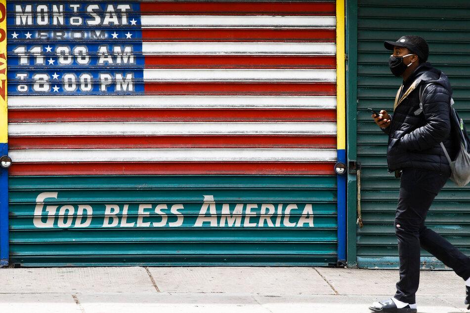 """""""Gott schütze Amerika"""" steht auf einer geschlossenen Ladentür in Philadelphia."""