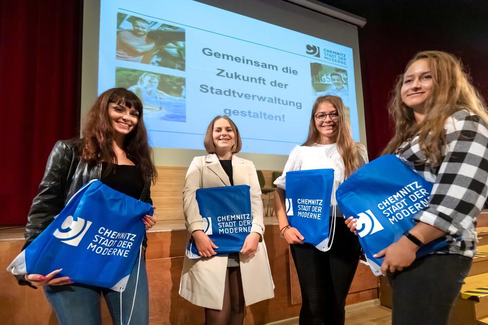 Stella König (18, v.l.), Sarina Sehrer (19), Lena Gränitz (18) und Alea Glage (19) freuen sich auf die Ausbildung und über ein Willkommenspäckchen der Stadt.