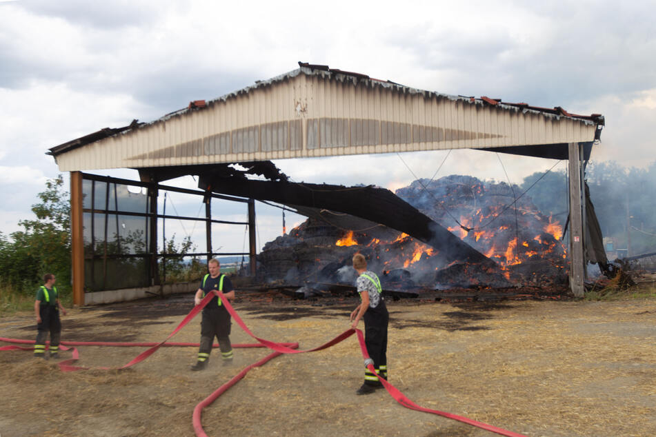 Feuerwehrleute am Nachmittag in Tirpersdorf: Von der Scheune konnten sie nicht mehr viel retten.