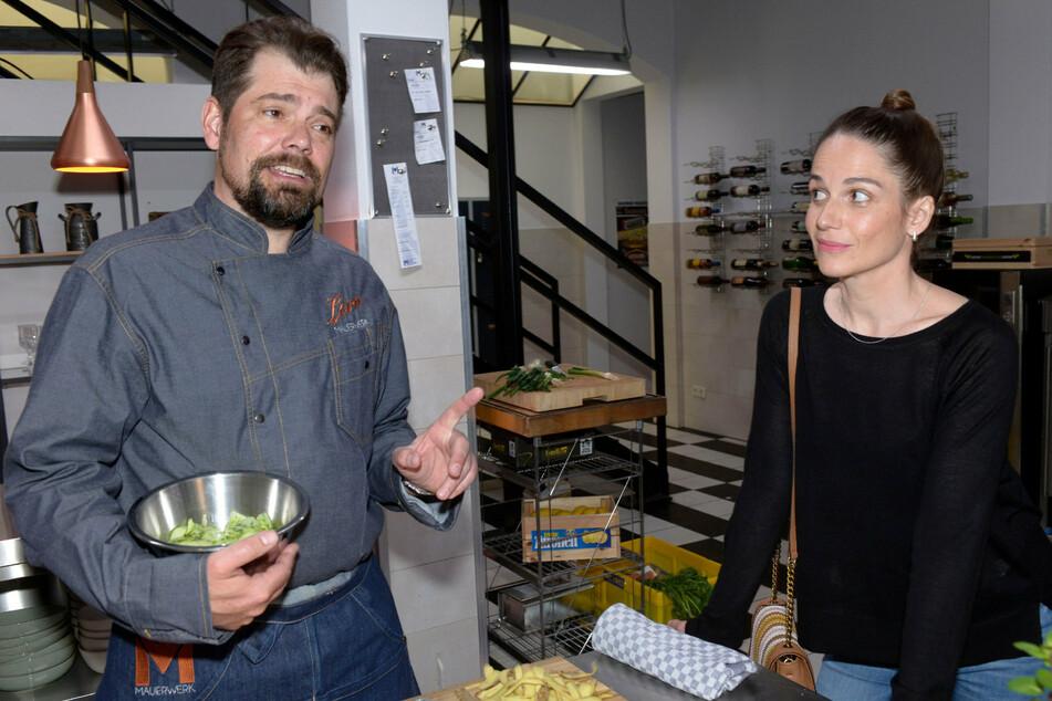 Als die Produzentin Svenja Leon bei seiner Arbeit als Koch sieht, reift in ihr eine Idee.