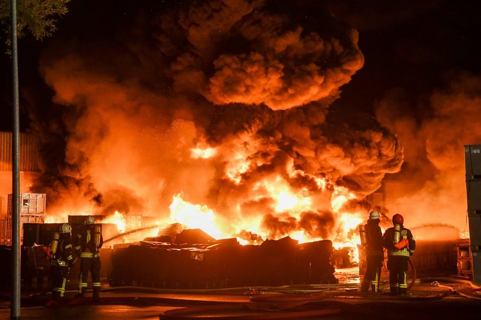 Die Feuerwehr musste meterhohe Flammenbälle löschen.