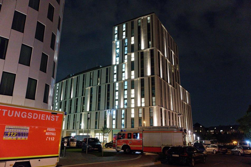 Feuerwehr und Polizei hatten sich während des Einsatzes an dem Düsseldorfer Hotel vor dem Gebäude positioniert.