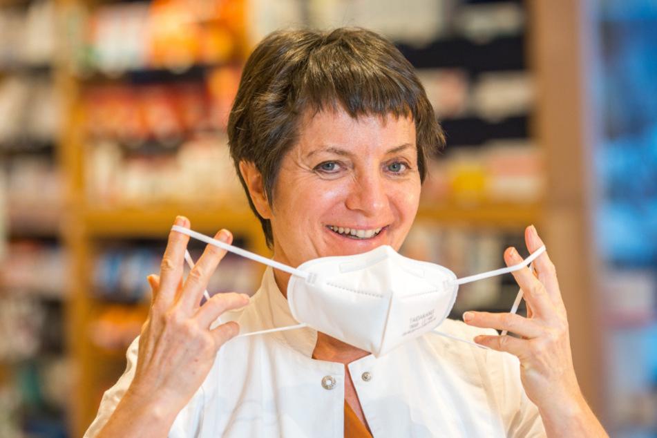 Hat deutsche oder europäische und asiatische Ware im Angebot: Apothekerin Sylvia Trautmann (55) von der Apotheke Bühlau in Dresden sagt, chinesische Masken nach dem FFP2-Standard müssen nicht unbedingt von schlechter Qualität sein.