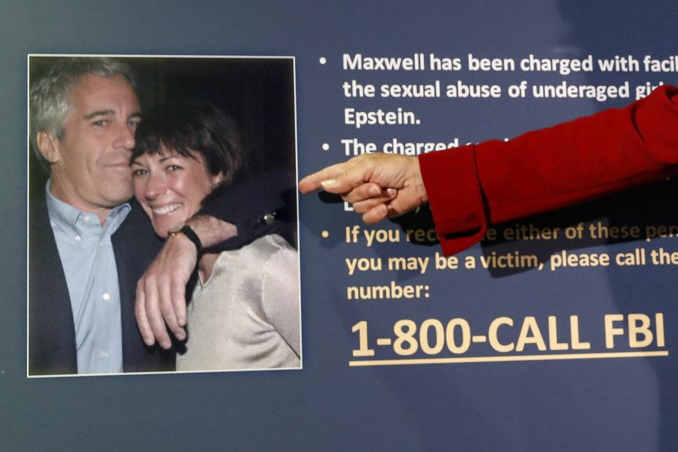 Eine US-Anwältin zeigt während einer Pressekonferenz auf ein Bild von Jeffrey Epstein (†66) und Ghislaine Maxwell (59).