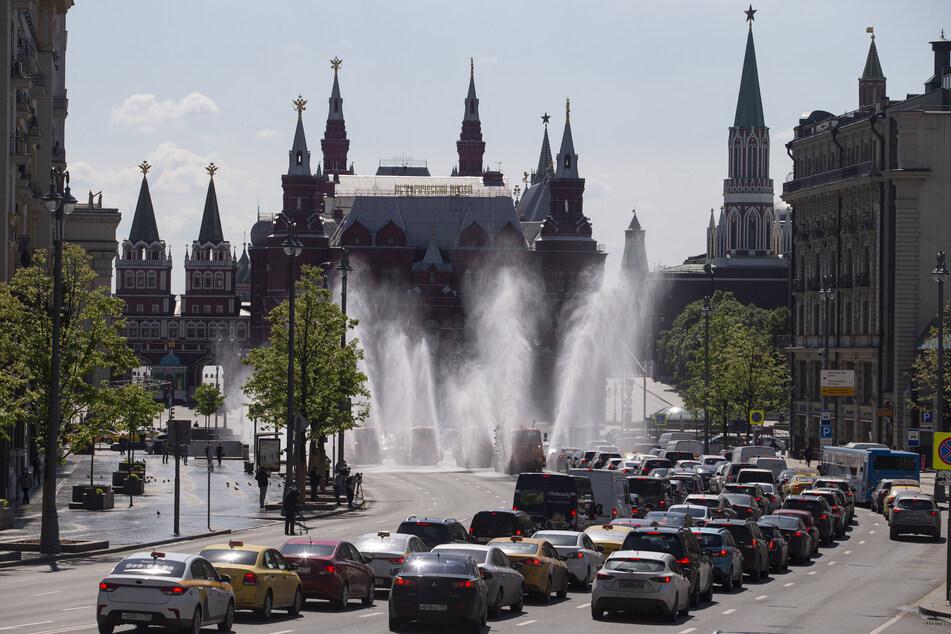 Fahrzeuge desinfizieren eine Straße in der Moskauer Innenstadt, um die Corona-Pandemie einzudämmen.