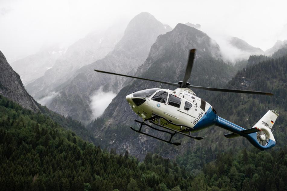 Ein Hubschrauber der Polizei startet nach der Rettung von Wanderern von der Höllentalangerhütte vom Landeplatz im Tal.