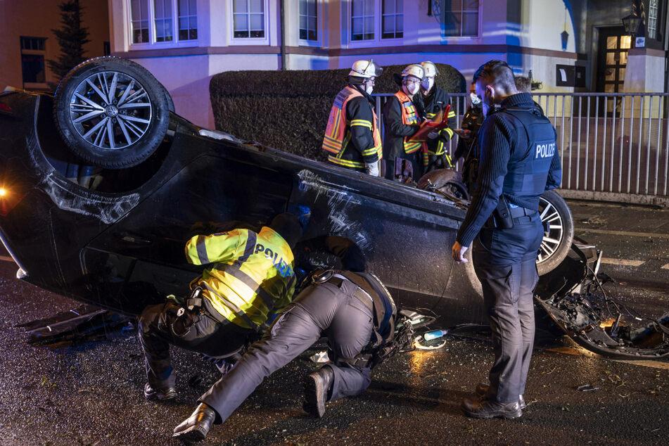 Auto kommt von Fahrbahn ab und überschlägt sich: Mann schwer verletzt
