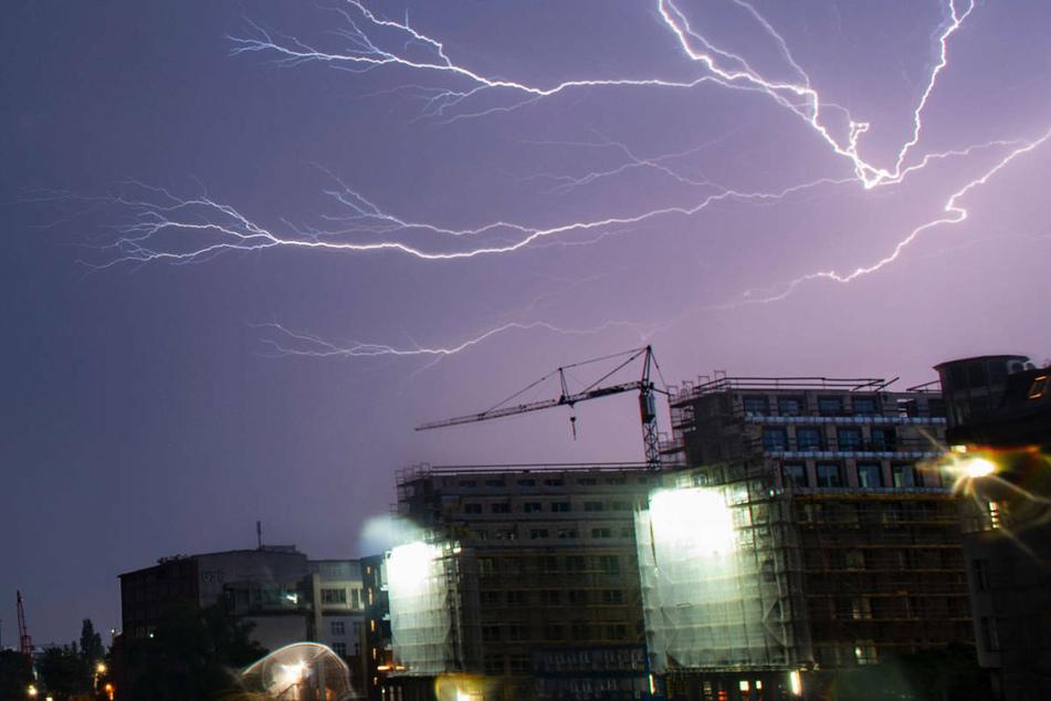 Blitze zucken im Juni 2019 während eines Gewitters unweit des Allianz-Hochhauses über den Himmel von Berlin. Am Samstag kann es in Berlin und Brandenburg erneut zu teils heftigen Gewittern und Starkregen kommen. (Archivfoto)