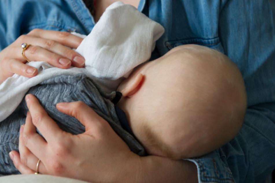 Hatte sich das Kind tatsächlich beim Stillen infiziert? (Symbolbild)