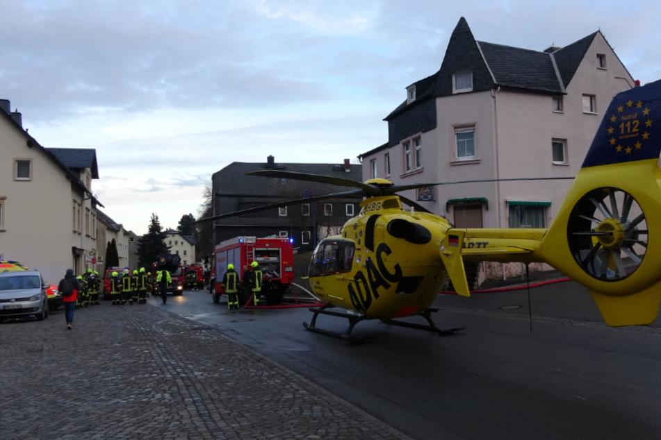 Sogar ein Rettungshubschrauber musste gerufen werden und brachte eine Frau aus dem Brandhaus in eine Klinik.